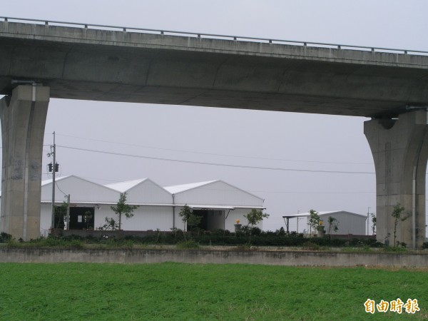 農地蓋工廠往往影響地區的生活品質和環境。(記者葉永騫攝)