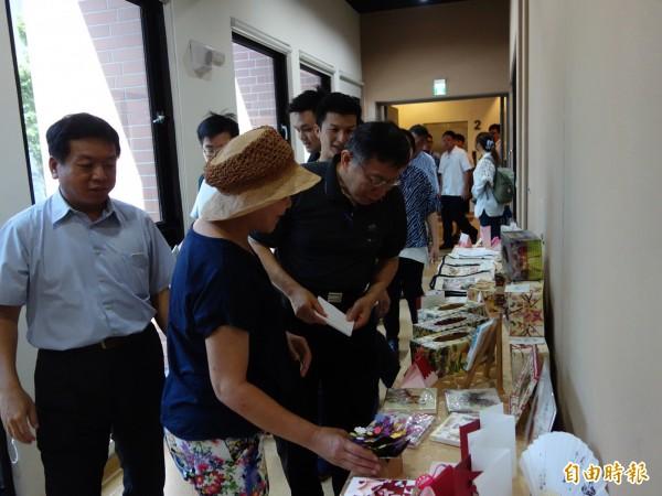 台灣師範大學推銀齡樂活據點,邀老人參加各項活動,與大學生一起共餐共學,台北市長柯文哲也到場支持。(記者吳柏軒攝)