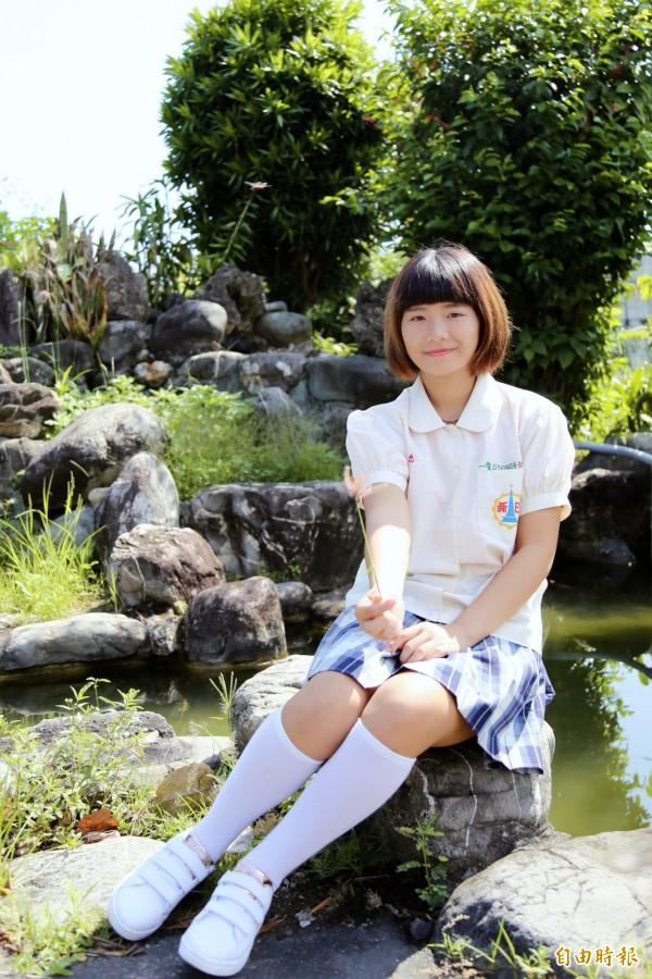 米白色公主袖上衣,和不同色階拼成的深藍色格子裙,搭及膝白襪、白鞋,是日新工商經典制服裝扮。(記者邱芷柔攝)