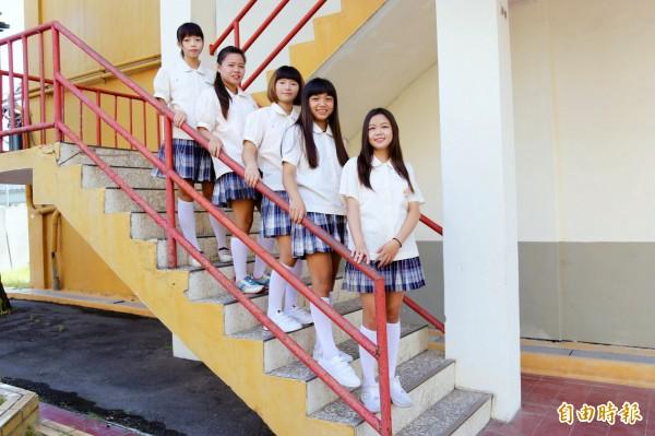 因為是私校,相較早年多數學校以黑裙白衣為主的校服,日新工商比較活潑亮麗。(記者邱芷柔攝)
