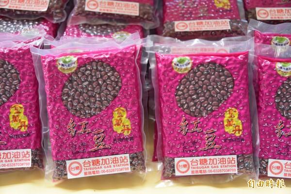 幫助萬丹紅豆農,台糖公司購買了8000公斤的萬丹紅豆要送給加油的消費者(記者葉永騫攝)