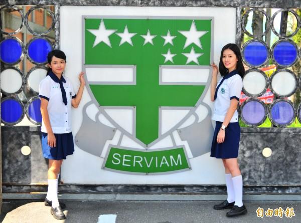 海星高中是天主教教會學校,校服左胸口袋就有海星的校徽,採用白色底、綠色十字盾牌,盾牌上方的綠底白色七星是「小熊星座」,底下SERVIAM代表「願意服務」。(記者花孟璟攝)