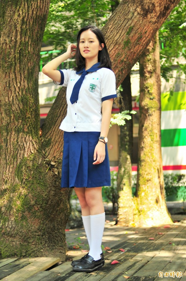 海星中學校服,白上衣有藍色小圓領、小領帶,A字窄裙前方左右各有2個打摺處,方便學生活動,較窄的裙子設計也比較不會被風吹起走光。(記者花孟璟攝)