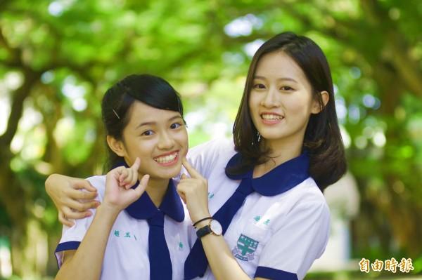 海星中學校服設計不複雜,藍白校服搭綠色校徽,十足小清新風格。(記者花孟璟攝)