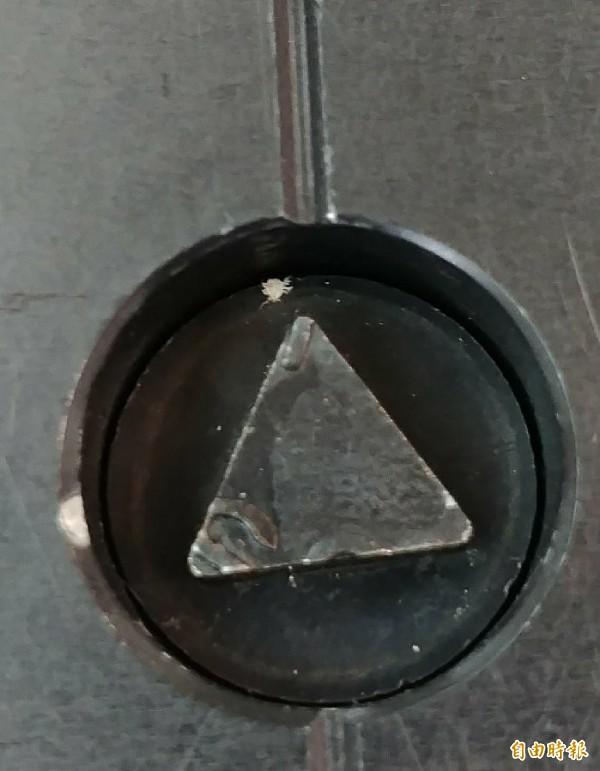 航警局與海關共共查獲12公斤K他命,犯嫌以為利用鐵器底部夾藏毒品,並使用特殊三角螺絲鎖蓋底部,以為可以逃脫檢查,最後仍為海關查獲。(記者姚介修攝)