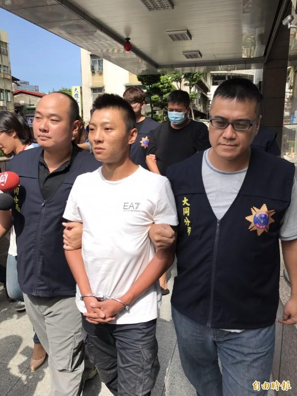 涉嫌砍人的主嫌林睿紳(前),和接應的計程車司機陳裕泉一塊依殺人未遂罪送辦。(記者陳恩惠攝)