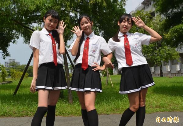 有女同學說,就是為了這套制服來念慈明。(記者陳建志攝)
