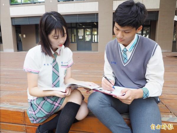 男女生的襯衫在領口、袖口和口袋邊都有滾邊。(記者陳鳳麗攝)
