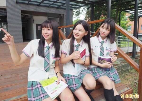 同德家商女生夏季制服,白色上衣袖口滾格紋,搭配粉紅配綠的格紋短褲裙,洋溢青春活潑氣息。(記者陳鳳麗攝)