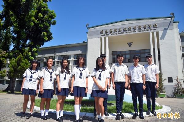 穿上制服,台東高商男女學生個個都是俊男美女。(記者黃明堂攝)