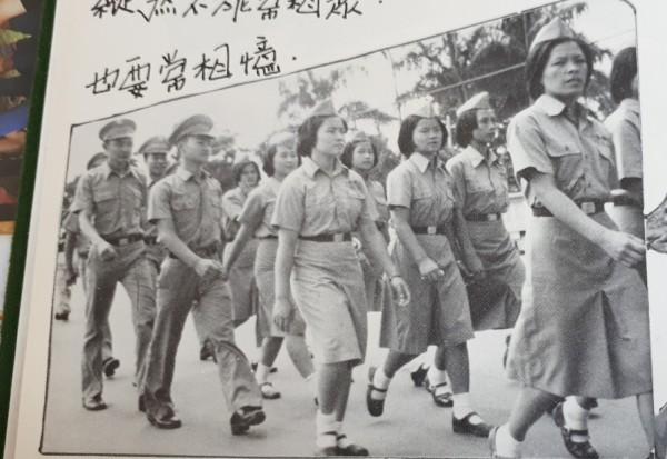 畢業紀念冊裡,戒嚴時代的東商卡其布制服。(記者黃明堂翻攝)