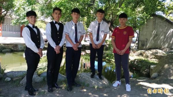 男學生一致認為學校制服穿起來很帥氣。(記者廖淑玲攝)
