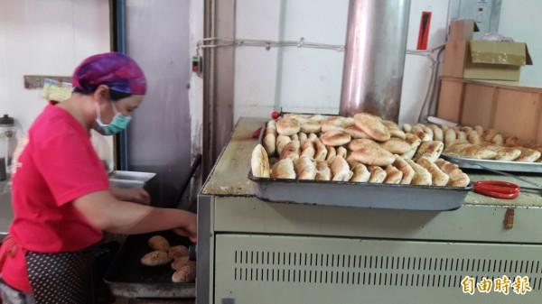 新竹市古早味「燒餅屋」強調手工擀製麵皮,且要控制烤爐火侯,烤出來的燒餅及蔥酥餅,又香又酥又脆,香氣四溢。(記者洪美秀攝)