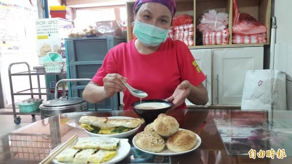 新竹市純手工「燒餅屋」的老板大姐陳照淨堅持所有的麵皮都是手工擀製,不管是燒餅或蔥酥餅及紅糖酥餅都香氣四溢,好吃。(記者洪美秀攝)