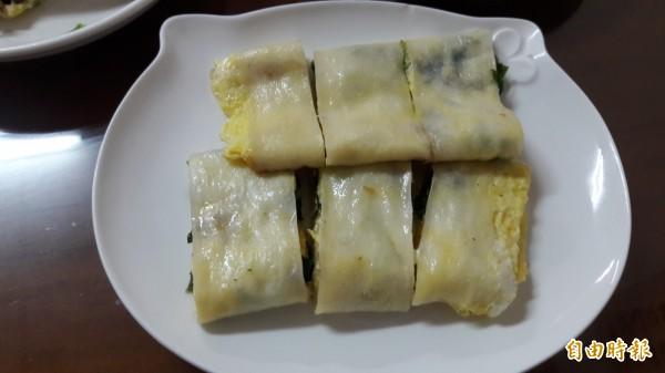 新竹市純手工「燒餅屋」的九層塔燒餅和蔥酥餅和紅糖酥餅是人氣早餐,讓人吃燒餅忍不住一口接一口。(記者洪美秀攝)