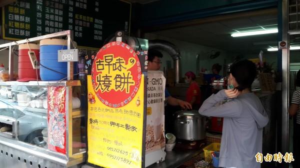 新竹市古早味純手工的「燒餅屋」,每天都吸引許多學生,上班族來排隊買,就連竹科大老闆也愛吃。(記者洪美秀攝)