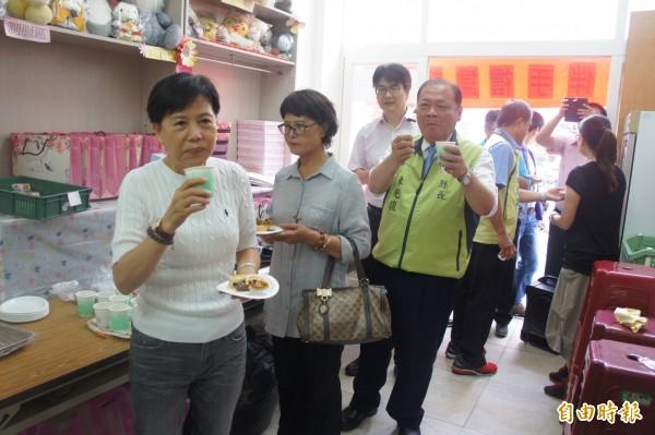 集愛工坊中秋月餅伴手禮發表會,開放貴賓及民眾試吃。(記者劉禹慶攝)