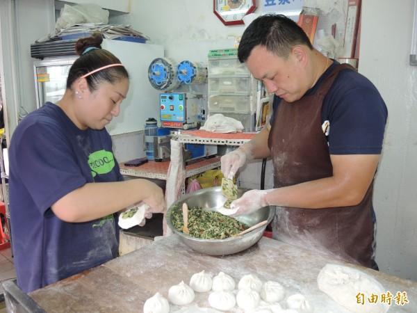 楊金學夫婦一起為水煎包裝填餡料,每個細節絲毫不馬虎。(記者翁聿煌攝)