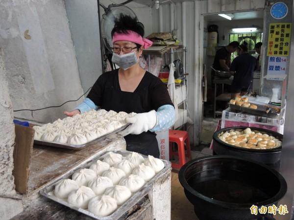 老楊水煎包廿分鐘起一次鍋,一天可以賣出上千顆。(記者翁聿煌攝)