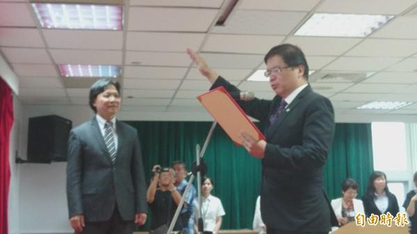 台南市代理市長李孟諺(右),在內政部長葉俊榮(左)見證下,宣誓就職。(記者劉婉君攝)