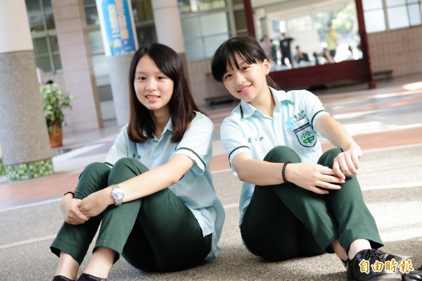 嘉義縣竹崎高中校服以綠色為基底,以阿里山區竹林為設計精神,呈現簡約、青春風貌,外號「嘉義小綠綠」。(記者曾迺強攝)