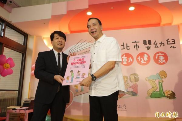 新北市長朱立倫(右)今天出席日本日本早稻田大學腦科學及嬰幼兒發展專家前橋明的新書發表會。(記者葉冠妤攝)