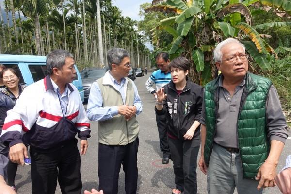 立法委員蕭美琴今年3月與自來水公司第九區管理處處長沈文宗(右四)前往鳳林鎮,會勘無自來水區域的用水狀況。(蕭美琴服務處提供)