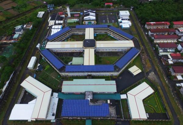 花蓮監獄在逾4千平方公尺大的屋頂上,打造一套太陽能光電系統,今舉行啟用儀式,將成為矯正機關第2座綠能監獄,年發電量可達50萬度。(記者王峻祺翻攝)
