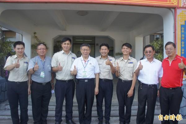台北市長柯文哲(左4)抵澎勞軍,澎湖縣政府替代役也是對象之一。(記者劉禹慶攝)