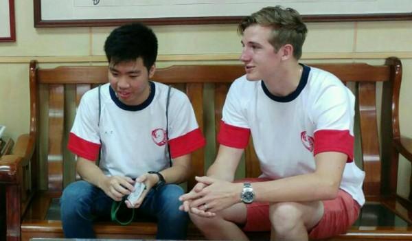 荷蘭籍的Tom(右)中文名字林又立,印尼籍的Figo叫王大文。(記者蔡清華翻攝)