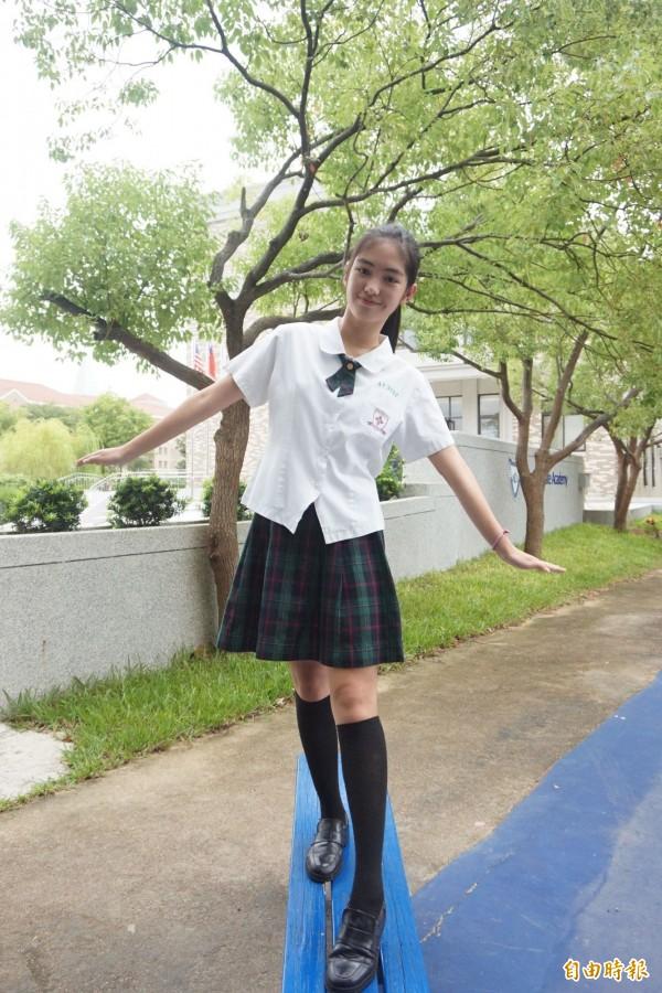 白襯衫不用紮進裙子裡,女學生大讚沒有拘束感。(記者歐素美攝)