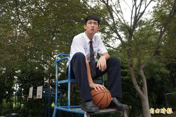 男生領帶採便利型設計,學生覺得帥氣,不用煩惱如何打領帶更是方便。(記者歐素美攝)