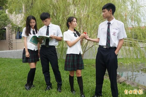 常春藤高中制服優雅有型,學生喜歡一起穿出去玩,聽到路人稱讚制服好看,心情就很美麗。(記者歐素美攝)