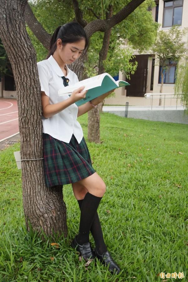 女學生穿起來散發清新優雅氣息。(記者歐素美攝)