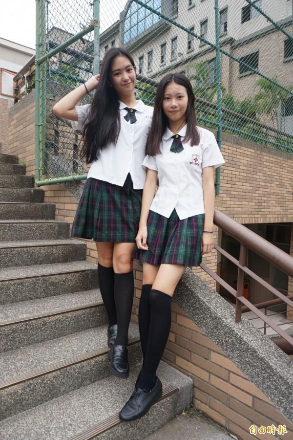 常春藤高中制服,夏季女生以白襯衫搭配綠色格子裙、領結與黑色及膝襪,散發青春可愛氣息。(記者歐素美攝)