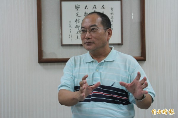 梁文祥曾是記者,18年前憑著一股對教育的熱忱踏入教育界,致力關心原住民學生。(記者王峻祺攝)