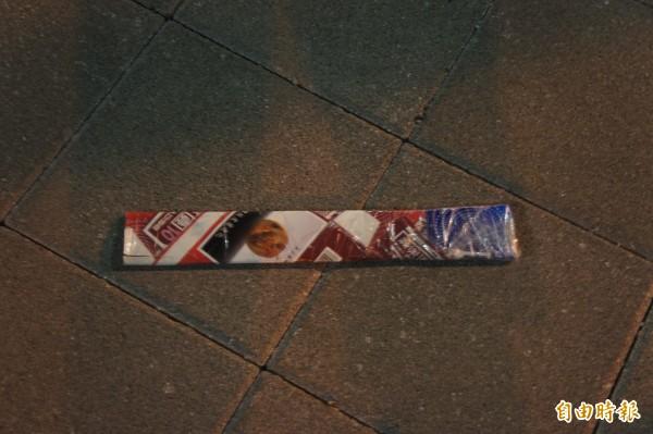 現場還遺留包裹西瓜刀的報紙,被列入重要跡證。(記者劉禹慶攝)