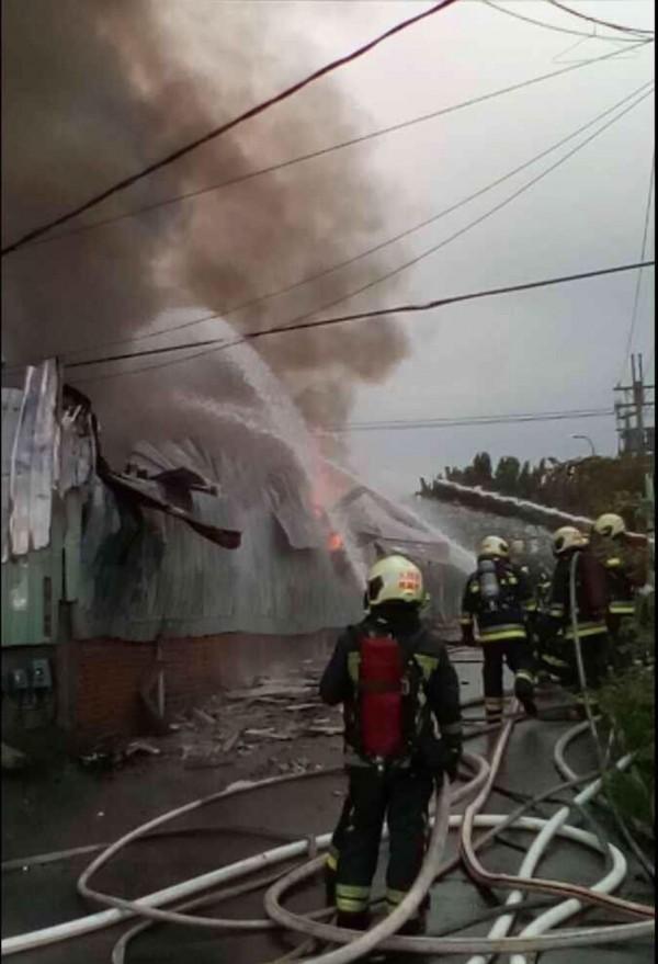 社子島工廠驚傳火警,消防局搶救中。(記者陳恩惠翻攝)