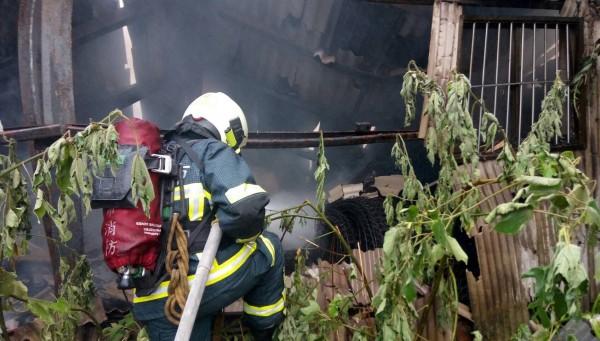 社子島工廠火警,起火原因待查。(記者陳恩惠翻攝)