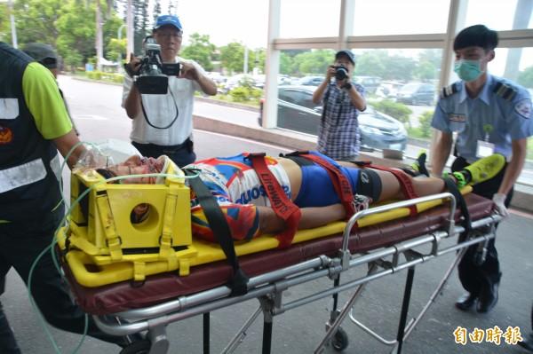 被落石砸傷的單車騎士傷勢較重,已送往醫院急救。(記者王峻祺攝)