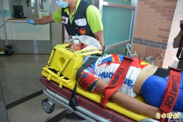單車騎士被落石砸中,疑似頭部受創,意識不清、鮮血直流。(記者王峻祺攝)