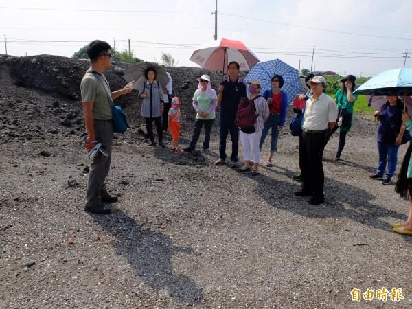 台南社大老師晁瑞光(左一)帶領台江領域相關團體,實地踏查城西漁塭。(記者邱灝唐攝)