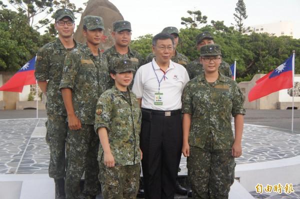 台北市長柯文哲以台北市長身分,抵澎為台北市籍官兵加油打氣。(記者劉禹慶攝)