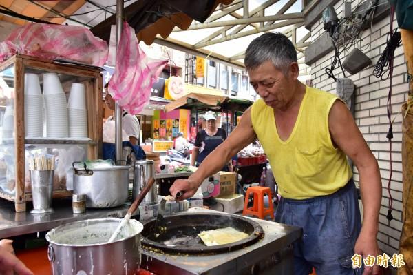 早餐店的蛋餅隨點隨做,味道傳統,「蛋餅阿公」王秋永,還可依客人喜好調整份量,是店內最熱門的餐點。(記者張議晨攝)
