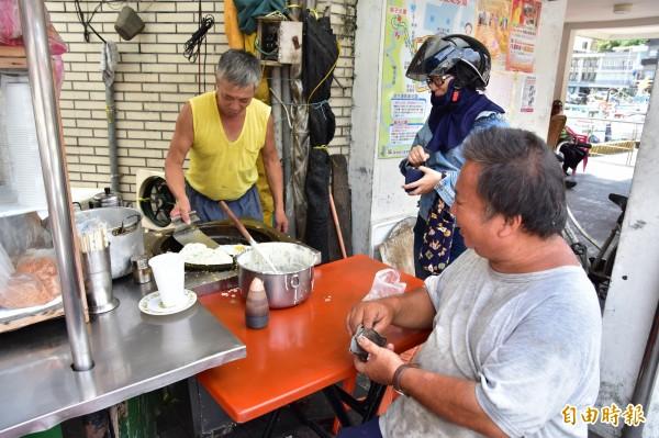 王秋永的蛋餅用傳統作法,麵糊加上一顆蛋,就足夠讓人飽餐一頓,也是當地人早晨的活力來源之一。(記者張議晨攝)
