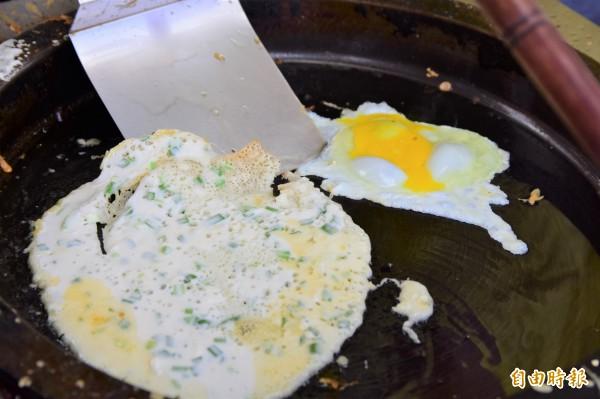 早餐店蛋餅用「特調」麵糊加上一顆蛋,吃起來香Q軟嫩,口感滑順,是令人懷念的古早味。(記者張議晨攝)