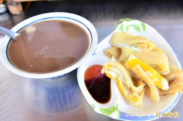 一份蛋餅配上一碗熱呼呼米漿,50元有找的價格,足以讓人飽餐一頓。(記者張議晨攝)