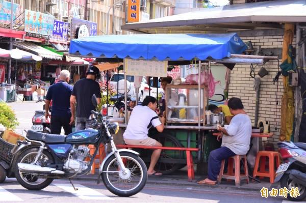 早餐店位在南方澳金媽祖廟前的小角落,沒有招牌,卻是當地人嚐了45年的老味道。(記者張議晨攝)