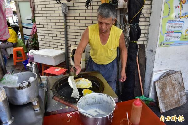 早餐店的蛋餅隨點隨做,味道傳統,「蛋餅阿公」還可依客人喜好調整份量,是店內最熱門的餐點。(記者張議晨攝)