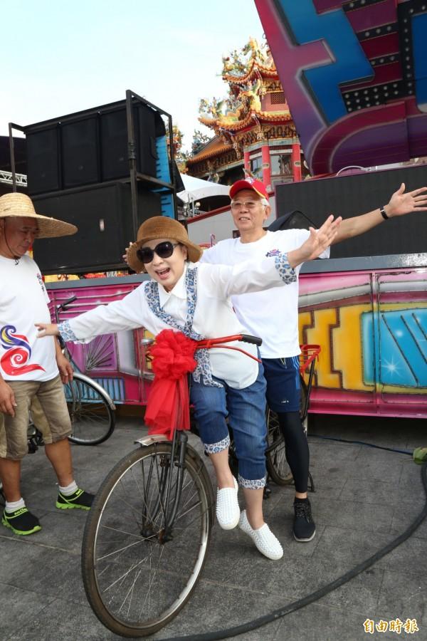 嘉義縣長張花冠(前)與大士爺廟董事長蔡炳坤在古董腳踏上擺出各種pose。(記者蔡宗勳攝)